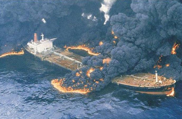 Çin açıklarında İran petrol gemisindekiyangın sürüyor