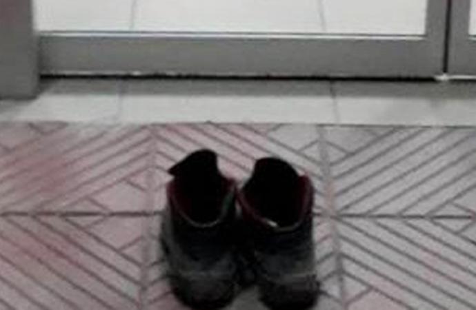 Hastane kirlenmesin diye kapıda botlarını çıkaran işçi takdir edildi