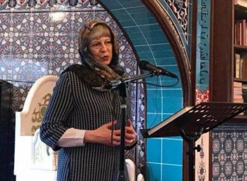 İngiltere Başbakanı May, cami ziyaretinde başörtülü