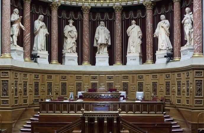 Şiddetle karşı çıkılan 'Göç ve Sığınma Yasası' Fransız meclisinden geçti