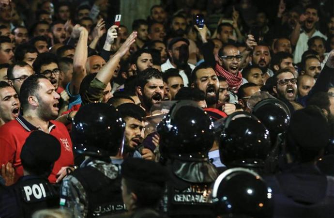 Protestoların 5. gününde istifa haberi geldi