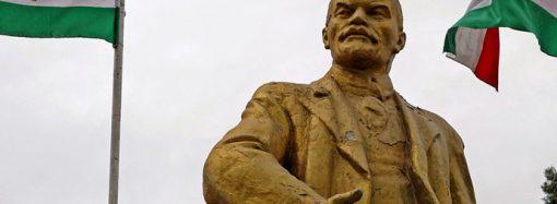 Tacikistan'da camilerden toplanan para ile Lenin heykeli restore edildi