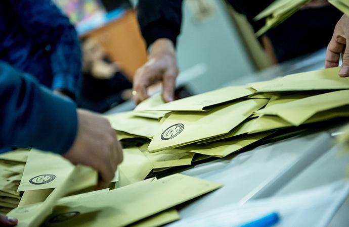 Seçim sürecinin özeti: Türbe ve şaraptan oy devşirmek!