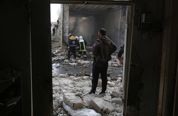 Esed güçleri İdlib'de sivilleri vurmaya devam ediyor
