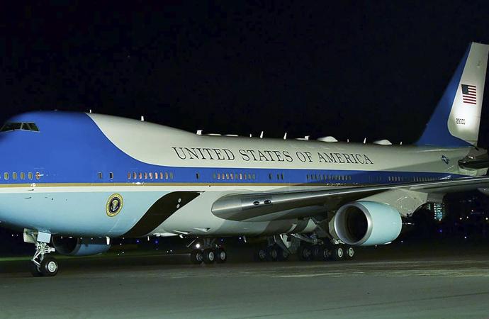 Trump: 'Uçağımızı ışıklarını kapatmadan indiremiyoruz'