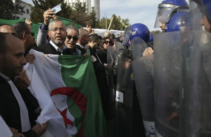 Cezayir'de on binlerce kişi sokaklarda