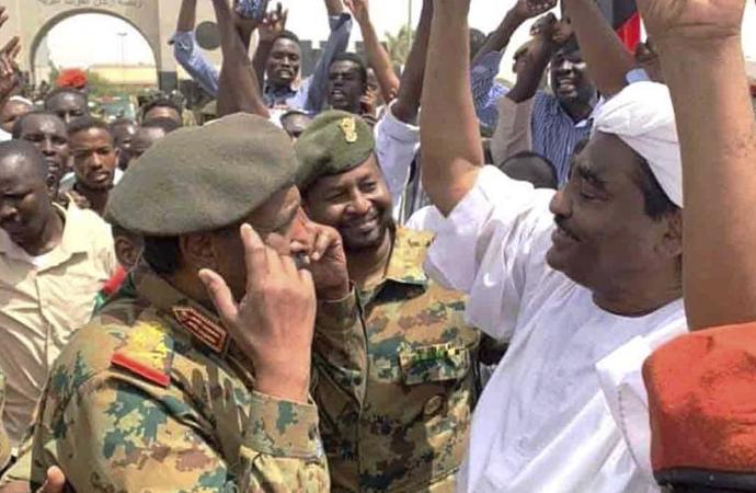 Sudan'ın yeni başkanı el Burhan eylem alanına gitti