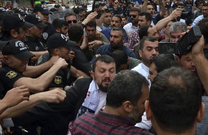 Furkan Vakfı davası sonrası yürüyüş yapan gruba polis müdahalesi