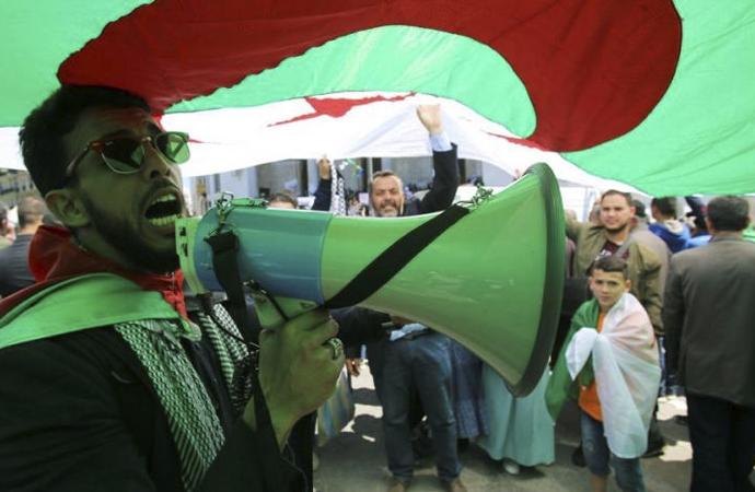 Cezayir'de yönetim konusundaki tartışmalar sürüyor