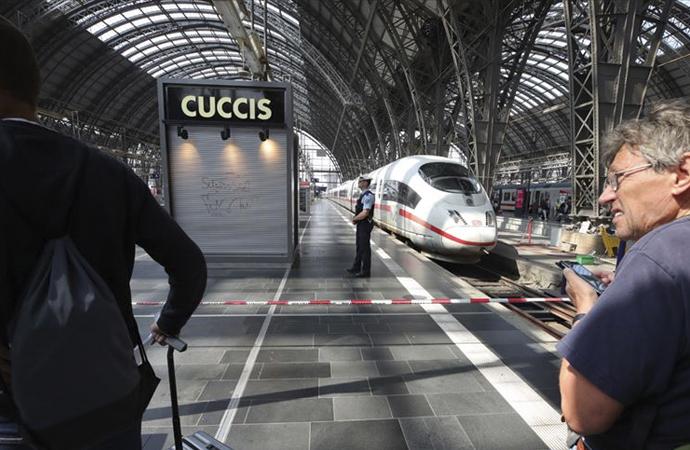 Frankfurt tren garında raylara itilen anne kurtuldu, çocuğu öldü