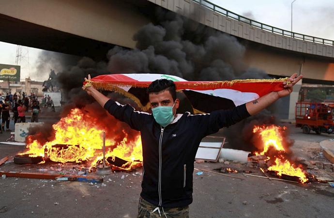 Irak'ta göstericiler 3 milletvekilinin evini ateşe verdi