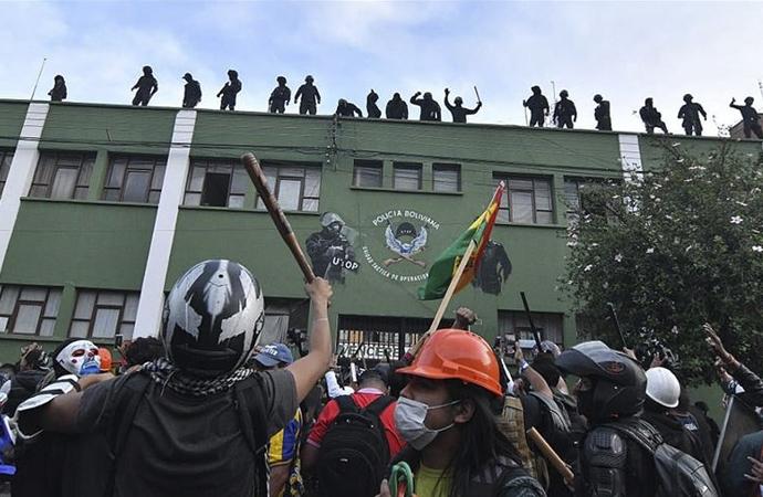 Bolivya'da polisler protestocuların safına geçiyor