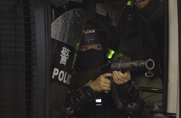 Hong Kong polisi protestoculara gerçek mermi kullandı