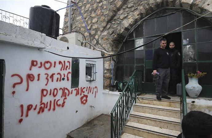 Yahudiler Kudüs'te bir camiyi ateşe verdi