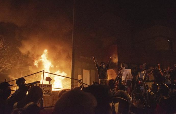 Polis merkezi ateşe verildi, Trump uyardı