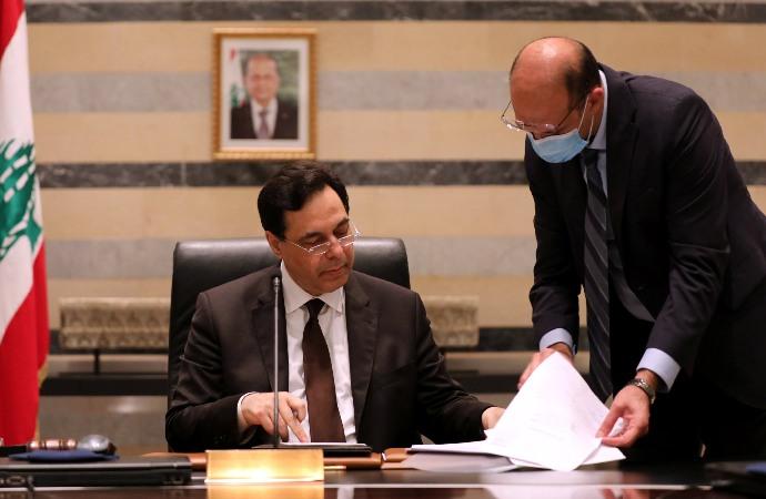 Hükümetin istifası havai fişeklerle kutlandı