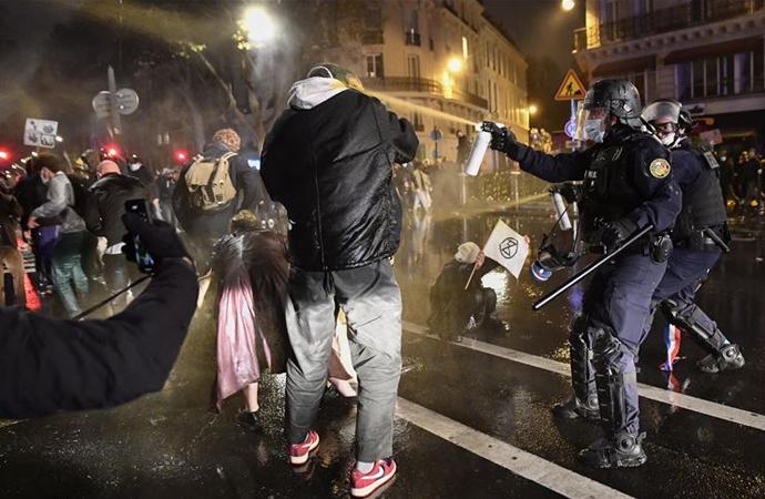 Fransa'da 'güvenlik tasarısı' protestosuna polis müdahalesi
