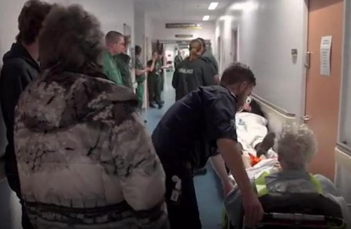 İngiltere'de kriz: Hastalar hastane koridorlarında ölüyor