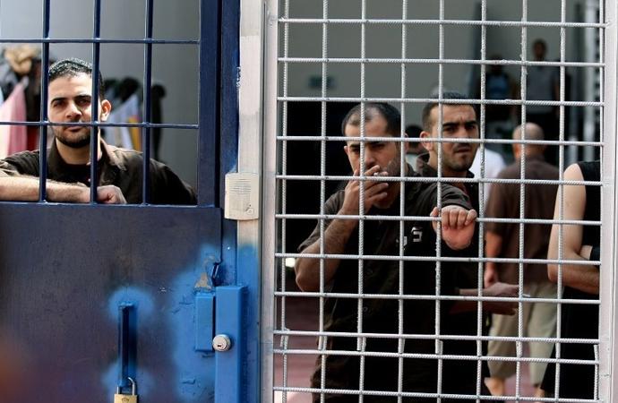 """Siyonist zindanlarında 6500 Filistinli esirin bir kısmı """"Esirlerin Piri"""", bir kısmı da """"Sabır Generalleri"""""""