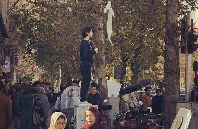 """""""Büyük Şeytan"""" İran'da iş çıkartıyor"""
