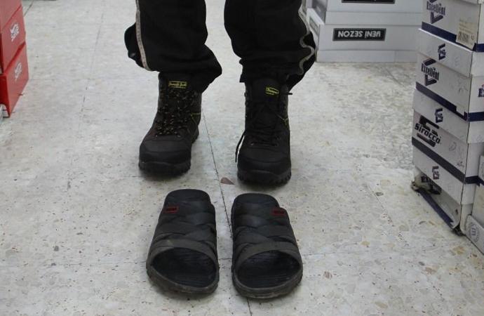 Terlikle dolaşan engelliyi görünce, ayakkabı alıp giydirdi