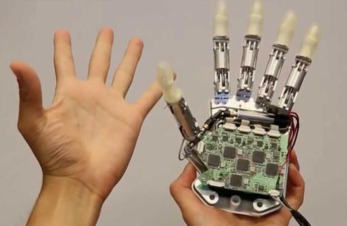 İlk biyonik el kullanıma giriyor. Biyonik el, sensörler sayesinde dokunduğu cismi algılayabiliyor.