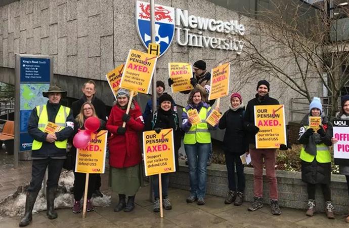 İngiltere'de akademisyenler iki haftadır grevde