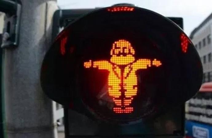 Karl Marx'ı trafik ışığı figürü yaptılar