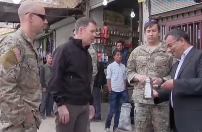 Amerikalı askerler Menbiç kent merkezinde poz verdi!