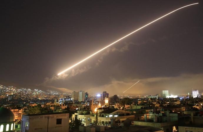 Amerika, İngiltere ve Fransa, NATO desteğinde Suriye'yi vurdu