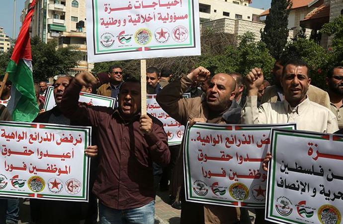 Filistin yönetiminin maaş ödemelerini geciktirmesi Gazze'de protesto edildi
