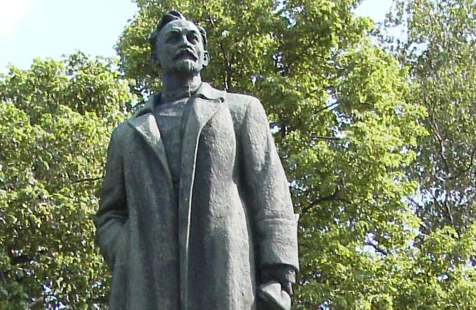 Rusya'da, Lenin heykellerinden önce ilk yıkılan heykel kimindi?