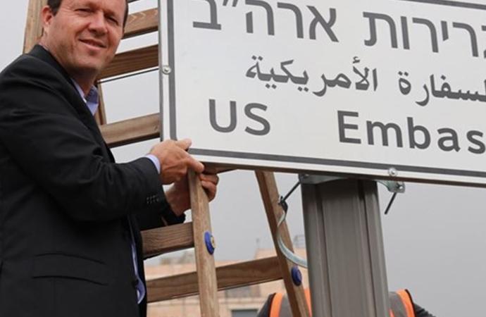 İsrail, Kudüs'te Amerikan büyükelçiliği yön levhaları asmaya başladı