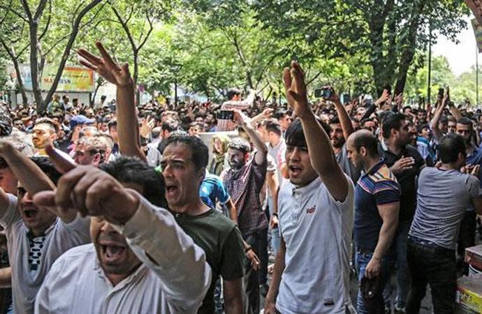 İran'da döviz krizi esnafı sokağa döktü