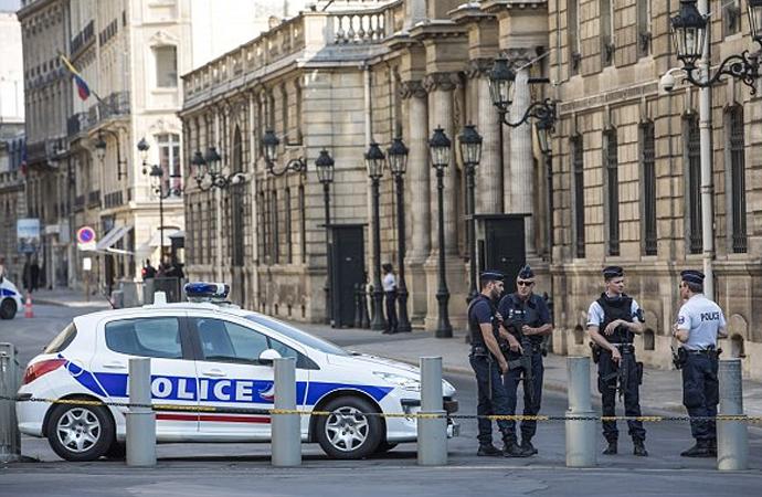 Fransız polisi Elysee sarayına baskın düzenledi