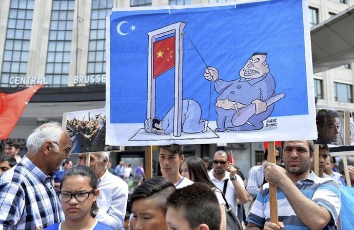 Uygurlar Brüksel'de Çin'i protesto etti