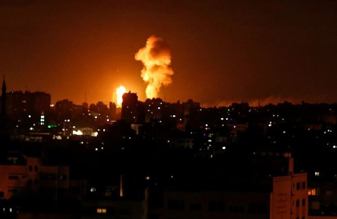 İsrail uçakları Gazze'yi bombalıyor