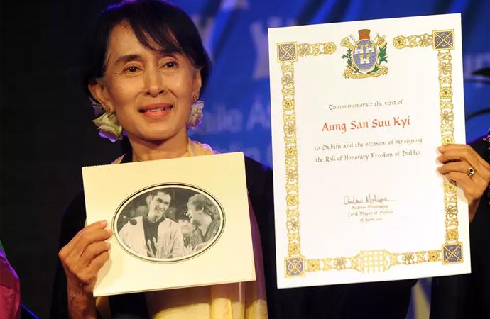 Af Örgütü, Myanmar liderine verdiği ödülü geri almış!
