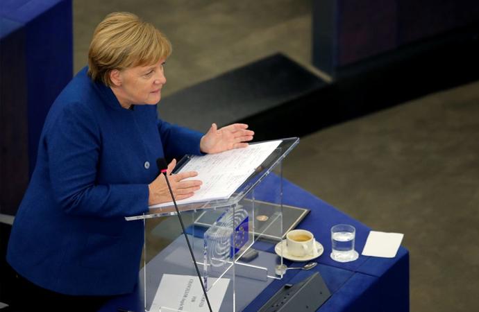 Merkel: 'Avrupa ordusu olmalı, NATO'ya karşı olmamalı'