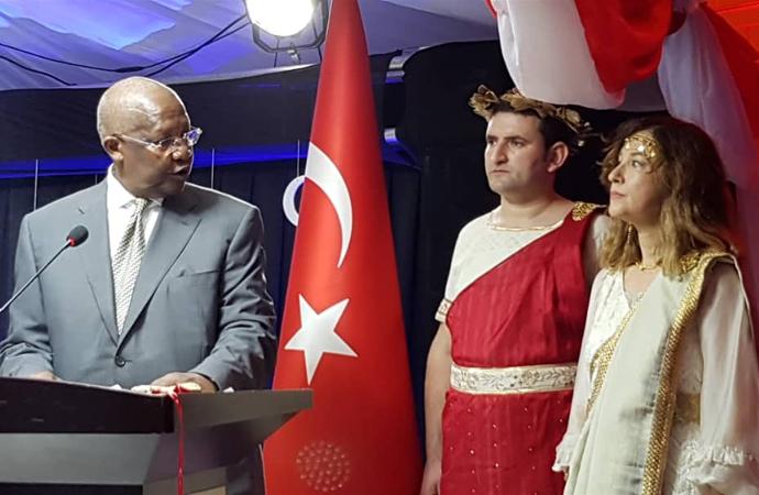 Türk Büyükelçiliğinde iki Romalı: Biri Helen, diğeri Zeus!