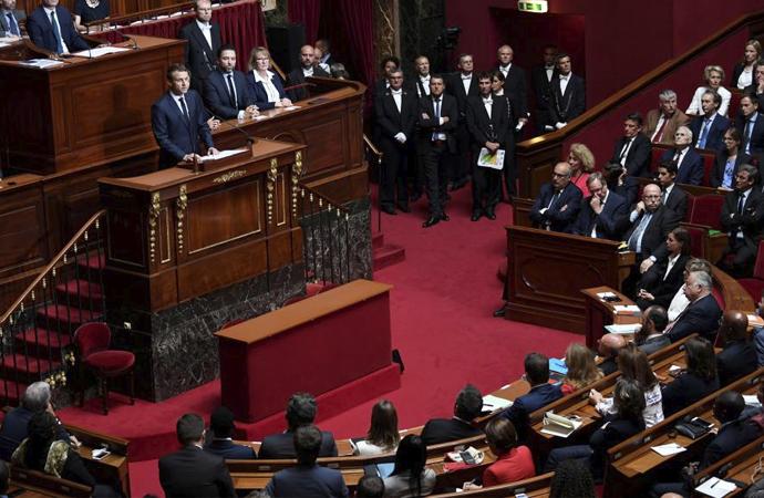 Fransa 'Laiklik' yasasını yenilemeyi düşünüyor