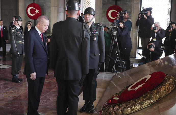 Devletin zirvesi Atatürk'ün manevi huzuruna çıktı
