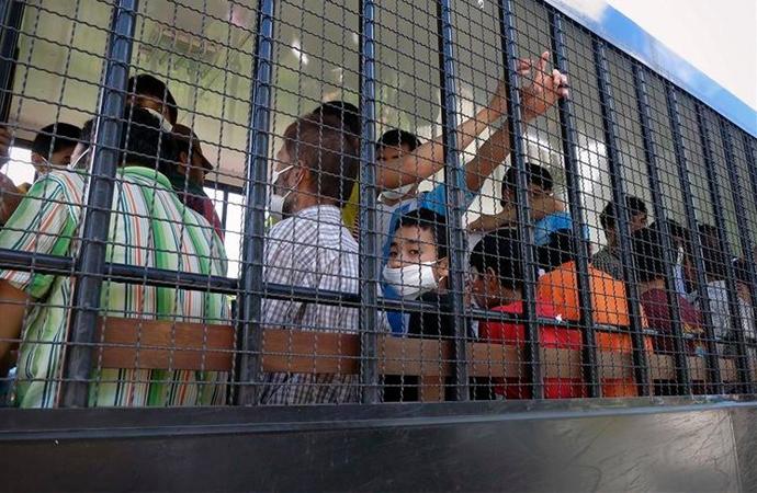 Uygurlar toplama kamplarından sonra fabrikalarda çalıştırılıyor