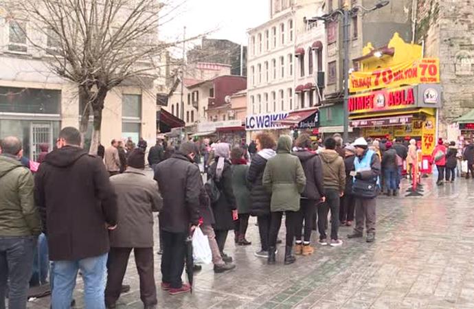 Uzun müddet Hilafet merkezi olmuş İstanbul'da uzun kuyruklar!