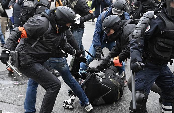 Fransız Bakandan 'Şiddet uygulandı' itirafı