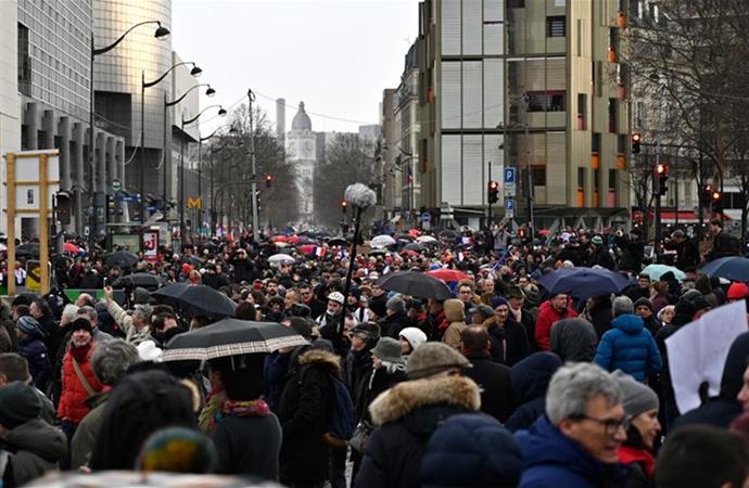 'Sarı yelekliler'e karşı 'Kırmızı fularlılar' gösteriye başladı