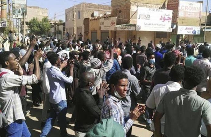 Sudan'da Beşir taraftarları da meydanlara iniyor