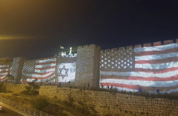 Kudüs'ün surlarında ABD ve İsrail bayrakları