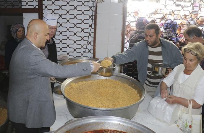 Vasiyet üzerine 29 yıldır yemek dağıtan İlker Kaya: 'Allah müthiş yardım ediyor'