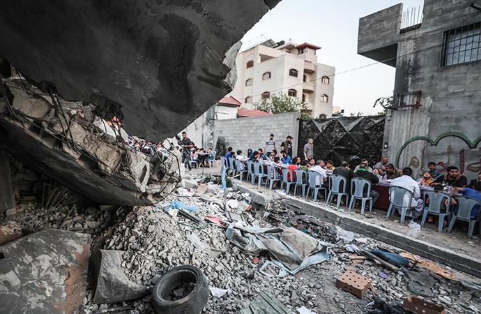 Yıkılan evlerin arasında 650 kişiye iftar